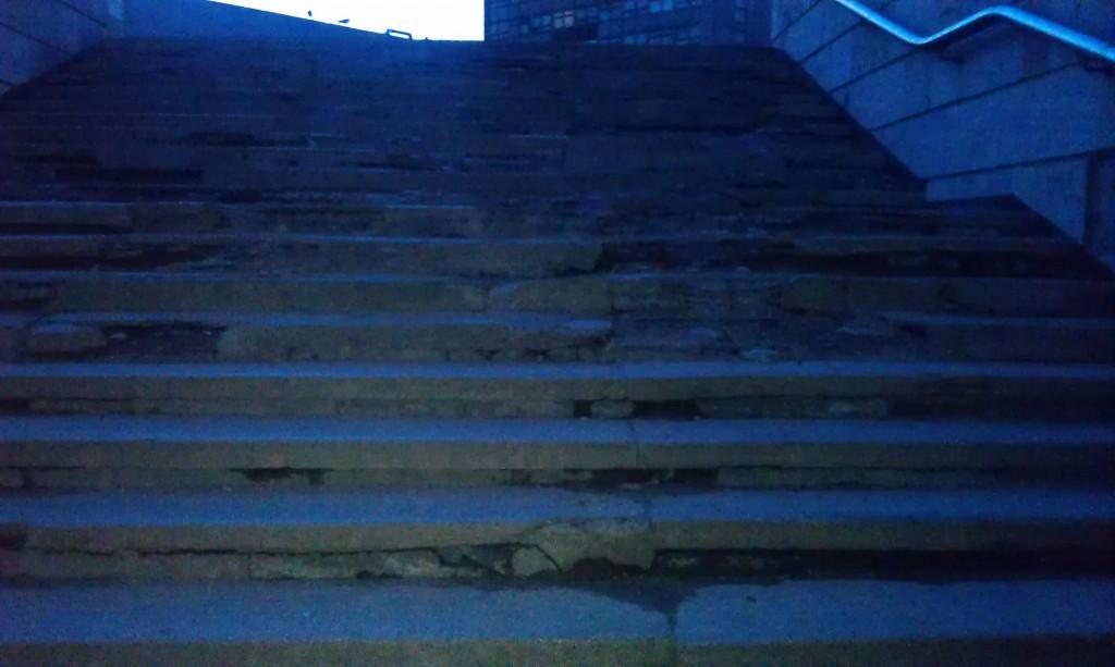 Сходи підземного переходу біля ЛАЗу